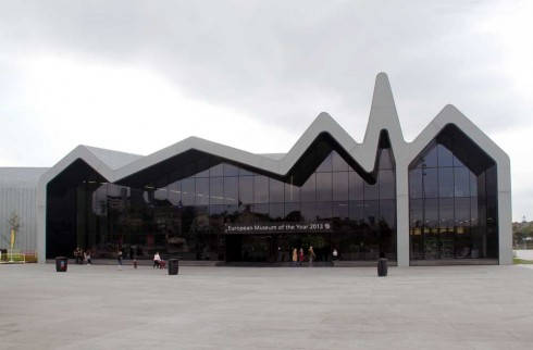 Bảo tàng Riverside (Glassgow, Scotland) được mô tả là một công trình nắm bắt vô cùng thành công trí tưởng tượng của con người. Thiết kế của tòa nhà được lấy cảm hứng từ dòng chảy nối giữa hai con sông Kelvin và Clyde, nơi bảo tàng được xây dựng. Một vẻ đẹp kiến trúc không chỉ thể hiện được câu chuyện phía sau nó mà còn là biểu tượng cho dòng chảy lịch sử!