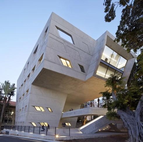 Issam Fares Institute - American University of Beirut với những khung cửa sổ vạt chéo và khối nhà vững chãi, mang vẻ ngoài vô cùng phù hợp với không gian trang nghiêm của khuôn viên Đại học Beirut.