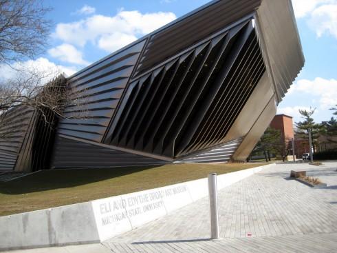 Eli & Edythe Broad Art Museum là công trình bảo tàng nghệ thuật thể hiện rõ niềm đam mê mà Zaha Hadid dành cho các khối hình học. Mang vẻ ngoài góc cạnh, đa diện với những lớp xếp nếp biểu trưng cho con đường dẫn lối từ quá khứ đến tương lai, và vai trò xuyên suốt của nghệ thuật trong đời sống con người.