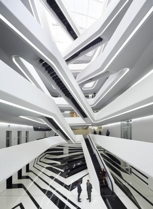 Dominion Office Building tọa lạc ngay giữa thủ đô Moscow, Nga. Thoạt trông bề ngoài thì công trình có vẻ vuông vức hơn phong cách thường thấy của Zaha Hadid. Nhưng khi tiến vào bên trong, người ta sẽ có cảm giác như đang lạc vào vùng không gian hư ảo của nghệ thuật trừu tượng.