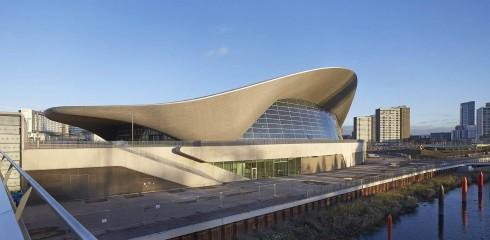 Khu thể thao dưới nước phục vụ cho thế vận hội Olympics 2012 tại London là một trong những công trình gây ấn tượng nhất mà Zaha Hadid từng thực hiện, được lấy cảm hứng từ chuyển động uốn vòng của dòng nước nên hình dạng kết cấu trông hết sức uyển chuyển.