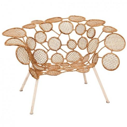 Racket Chair được làm từ rất nhiều vòng tròn mây nhỏ kết lại cùng nhau. Đây cũng là một trong những thiết kế mà Humberto Campana yêu thích nhất vì ông rất chuộng công việc thủ công với mây tre lá.