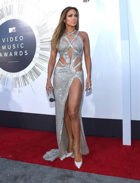 Jennifer Lopez mang giày mũi nhọn màu bạc kết hợp tinh ý với đầm dạ hội cut-out cùng tông
