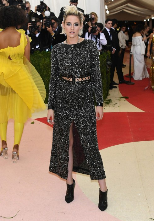 Kristen Stewart lạ lẫm mang bốt cao gót lên thảm đỏ