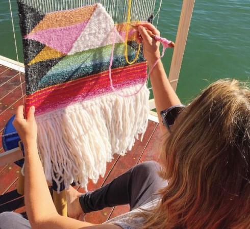 Đi theo phong cách vintage đúng nghĩa, các tấm vải dệt của Tammy Kanat có cách pha màu, họa tiết cũng như chất liệu rất cá tính và phóng khoáng,