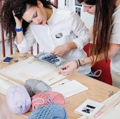 Maryanne Moodie là giáo viên chuyên giảng dạy về kỹ thuật dệt may hiện đại.