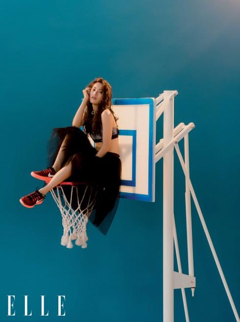 Nhung Kate Áo Nike Top, Váy Cashew, Giày Nike, Vòng cổ Double U