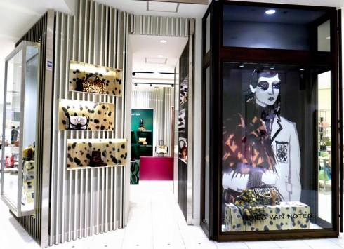 Những thiết kế trong BST Thu-Đông của Dries Van Noten đã có mặt tại các cửa hàng của ông trên toàn thế giới.