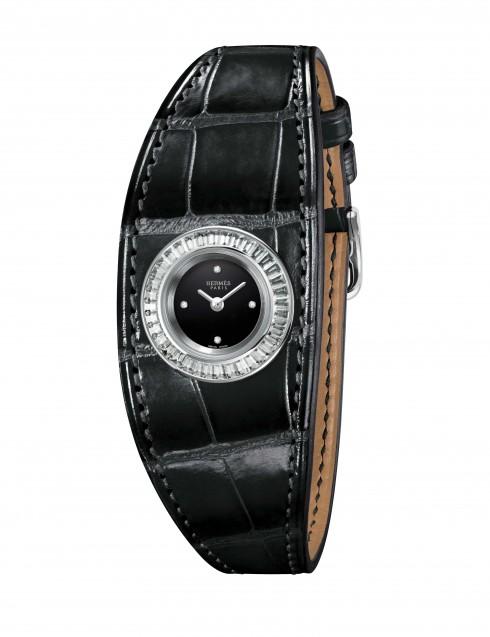 Điểm nhấn của mẫu đồng hồ Faubourg Manchette nằm ở chi tiết dây đeo da nơi những người thợ thủ công phô diễn kỹ thuật và trình độ chế tác đồ da tuyệt hảo.