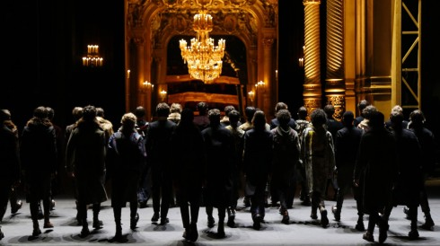 Sân khấu nhà hát trở thành sàn diễn thời trang hoàn hảo cho BST của Dries Van Noten.