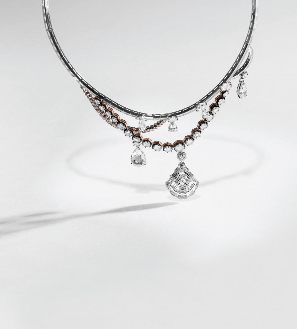 Giám đốc Nghệ thuật của Dior Joallerie lại tìm cảm hứng trong các chi tiết trang trí khác nhau ngay bên trong cung điện để tạo ra Dior À Versailles.