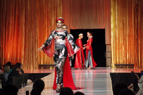 BST Vương Triều của Nhà thiết kế Võ Việt Chung trình diễn tại Mỹ
