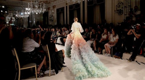 Một thiết kế của Marchesa sử dụng chất vải được nhóm thực tập của Lisa xử lý