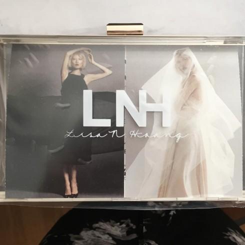 Thiệp mời tới dự show diễn đặt trong chiếc clutch trong suốt của Lisa