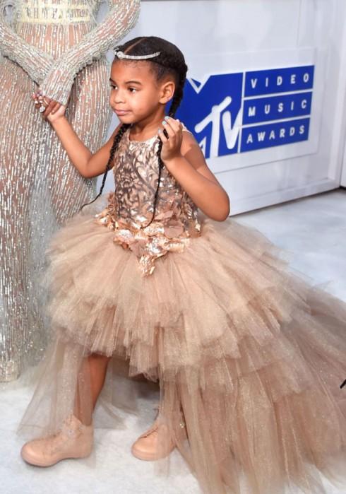 Mới đây bé Blue Ivy nhà Beyonce đã thu hút mọi ánh nhìn trên thảm đỏ VMA với bộ báy trị giá 11 ngàn đô.