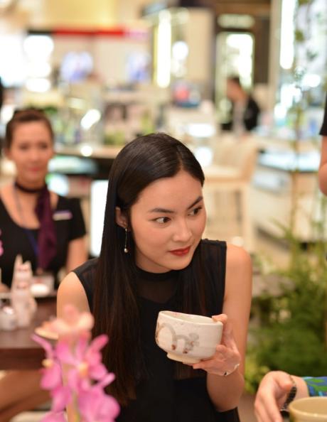 """Đang thực hiện một dự án """"xanh"""" nên Helly Tống đặc biệt quan tâm đến phong cách thưởng trà với những công dụng tốt cho sức khỏe và duy trì sắc đẹp một cách tự nhiên"""