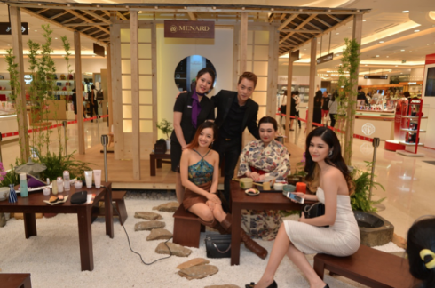 Vợ chồng ca sĩ Đăng Khôi – Thủy Anh cùng blogger Emmi Hoàng đã có một buổi trao đổi thú vị với nghệ nhân trà đạo của Menard….