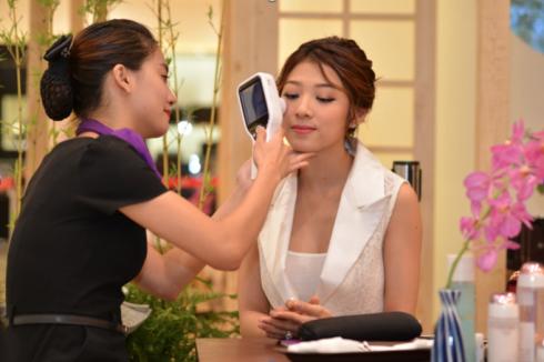 …trong khi MC Yumi Dương lại thích thú khi được soi da, đo độ tuổi chính xác của làn da