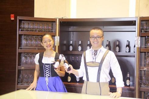 khách tham dự sẽ hát cùng nhau trong nền âm nhạc dân gian Bavarian, nâng cốc bia chúc mừng, nắm tay nhau và cùng khiêu vũ thật vui vẻ