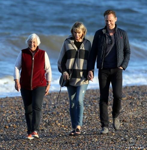 Taylor và Tom dạo chơi trên bờ biển cùng mẹ của nam tài tử