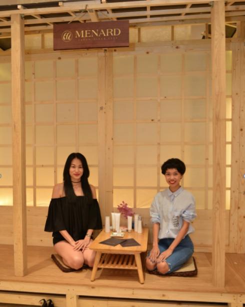 Hai Fashionista Thanh Trúc & Nicky Khánh Ngọc hào hứng với không gian pose hình độc đáo.