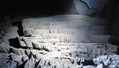 Trải qua hàng trăm triệu năm biến đổi của thiên nhiên và những thay đổi của địa chất cho đến năm 1994, hang Én được Hiệp hội hang động Hoàng gia Anh khám phá với sự giúp đỡ của ông Hồ Khanh (vốn đã khám phá ra hang từ năm 1991), trở thành hang động lớn thứ 3 thế giới, sau Sơn Đoòng và hang Deer ở Malaysia. Hang Én trải dài hơn 2km xuyên qua khối đá vôi khổng lồ ngay trong vùng lõi của Vườn quốc gia Phong Nha – Kẻ Bàng, thuộc tỉnh Quảng Bình.