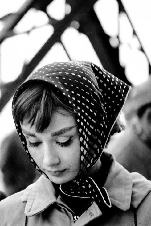 Phụ kiện thời trang Neckerchief đã quay trở lại - Audrey Hepburn