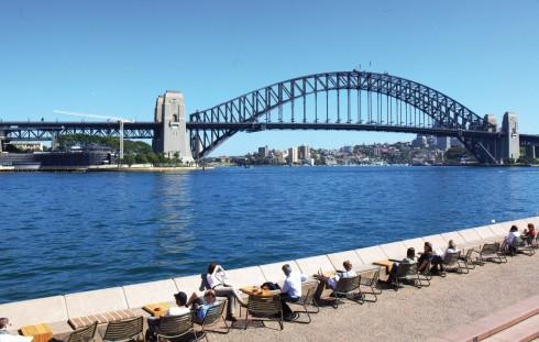 Khối sắt thép khoảng 53.000 tấn nhưng mang dáng vẻ thanh nhã bắc qua vịnh Sydney có tên gọi Harbour Bridge