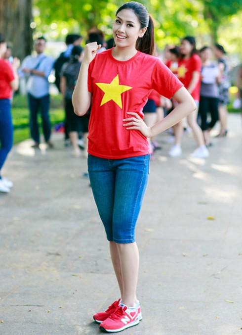 Hoa hậu biển Trần Thị Loan xinh tươi trong màu cờ sắc áo