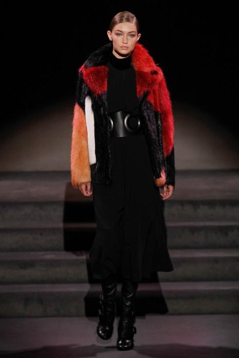 Gigi Hadid trong thiết kế áo khoác lông của Tom Ford