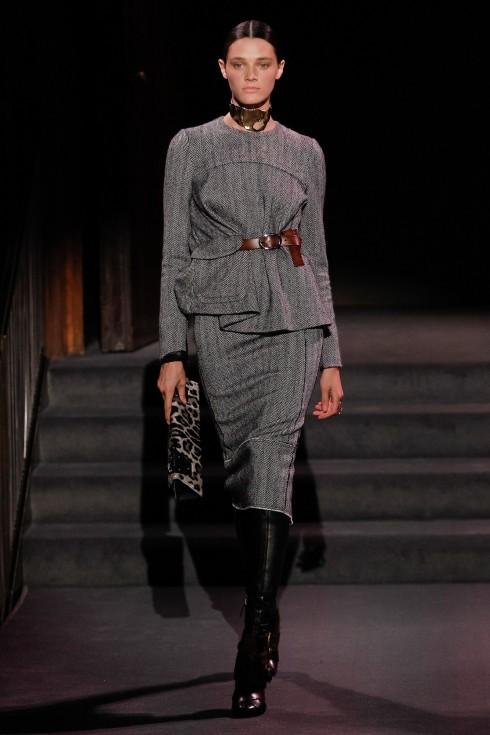 Những thiết kế chiết eo phối cùng váy bút chì và bốt cao cổ trong BST Thu-Đông của Tom Ford