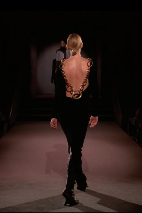 Amber Valleta trong thiết kế váy nhung đen hở lưng và chi tiết ánh kim sang trọng gợi lại hình ảnh Tom Ford tại Gucci những năm 90s