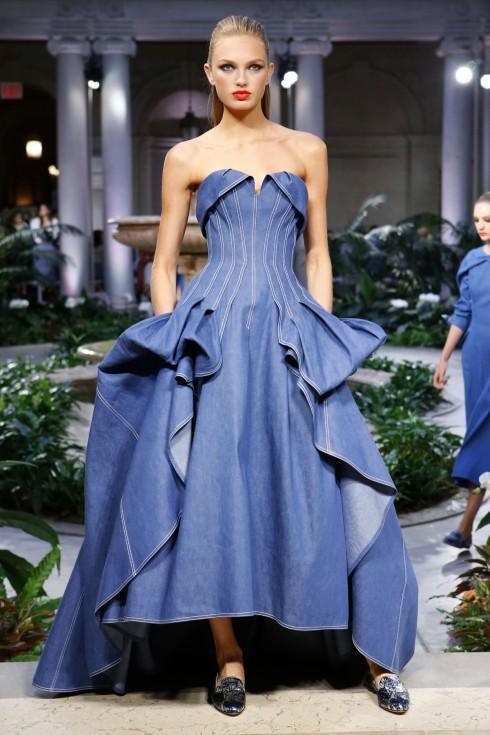 Chiếc váy dạ hội mở đầu BST Xuân Hè 2017 của Carolina Herrera