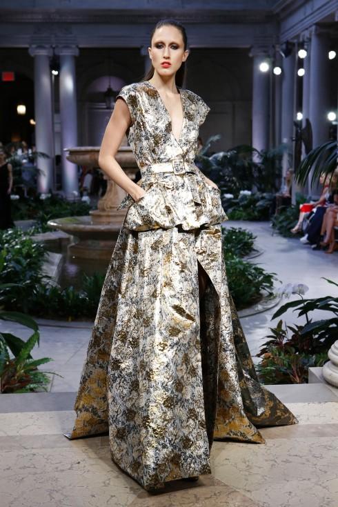 Thắt lưng làm điểm nhấn cho chiếc váy ánh kim sang trọng của Carolina Herrera