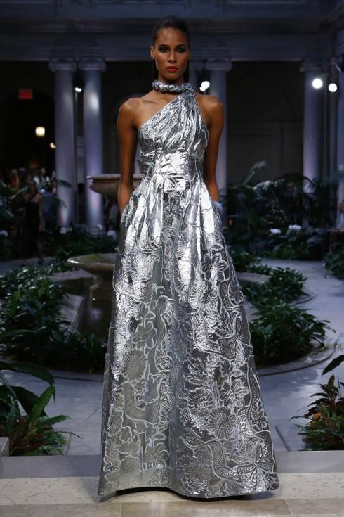 Một thiết kế váy ánh bạc từ BST Xuân Hè của Carolina Herrera