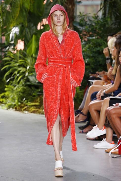 Thiết kế cảm hứng từ áo choàng tắm được lặp lại trong BST của Lacoste