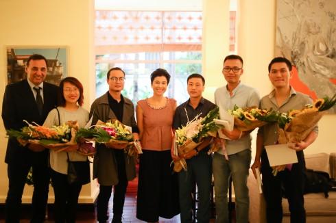 5 tác giả đạt giải Ba nhận hoa và quà tặng từ BTC