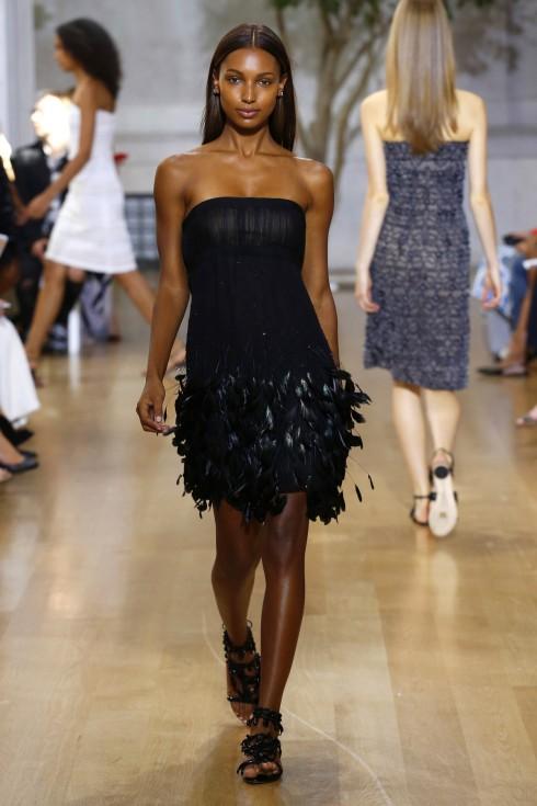 Một thiết kế váy cúp ngực điểm lông vũ từ BST Xuân-Hè của Oscar De La Renta