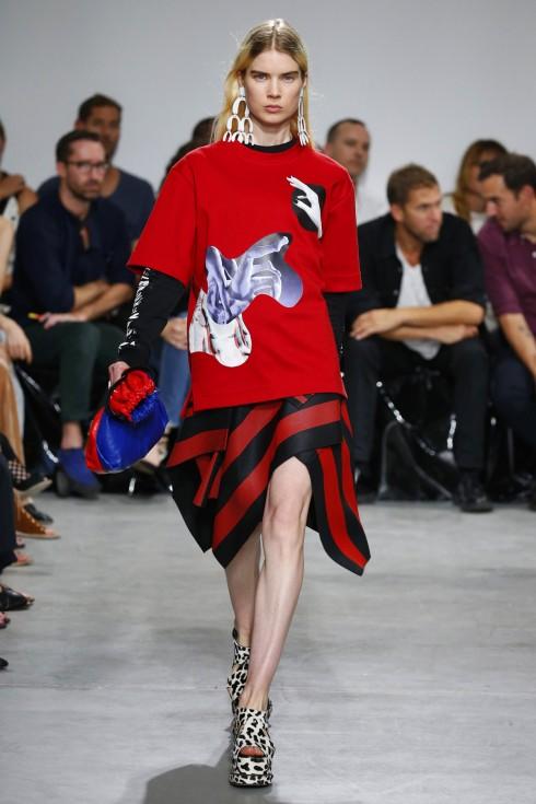 Áo t-shirt oversized phối cùng chân váy cuốn của Proenza Schouler