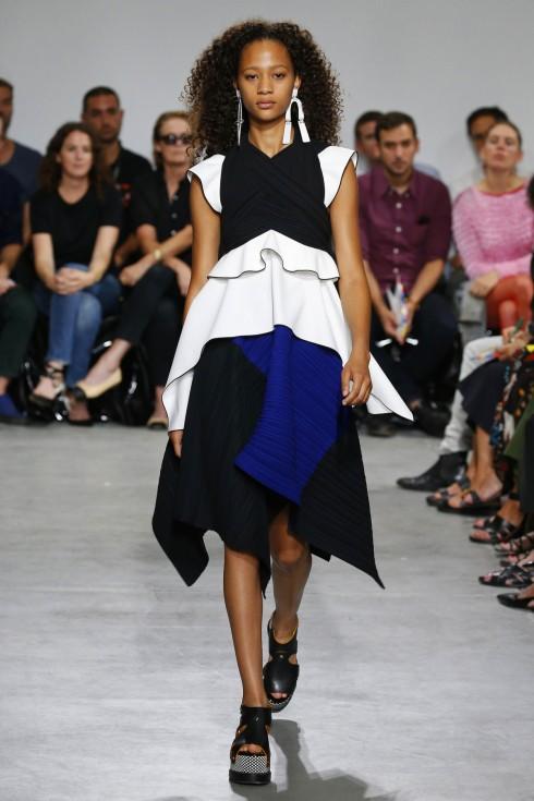 Những chiếc váy với phần ngực đan chéo và gấu váy bồng bềnh.