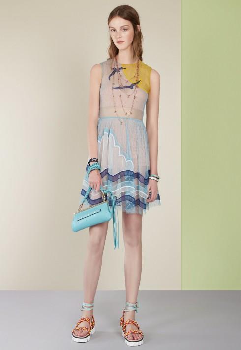 Những chiếc váy hoạ tiết biển phối cùng những đôi sandals trẻ trung và phụ kiện ton-sur-ton.