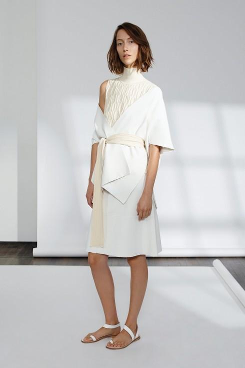 Chiếc áo kimono trễ nải với phần đai hững hờ tạo nên sự phóng khoáng cho thiết kế của TSE