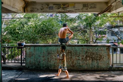 """Các tác phẩm in của Nathan phản ánh rõ nét """"cái chất"""" của Sài Gòn thông qua tình trạng giao thông, trong khi các tác phẩm của Kumkum và Quỳnh là sự kết hợp, giao thoa hài hòa giữa những chất liệu thân quen. Cùng phản ánh về lịch sử văn hóa và xã hội VN, Bảo sử dụng những lăng kính máy ảnh như một phương tiện trực tiếp, còn Vũ lại chọn cách thể hiện đầy ẩn dụ thông qua những tác phẩm nghệ thuật của họ. """"Với mục đích khiến nghệ thuật gần gũi hơn với cuộc sống hằng ngày, SGAB mong muốn gắn kết người dân Sài Gòn với các tác phẩm được sáng tác ngay xung quanh họ, qua đó truyền cảm hứng và gợi nhớ cho mỗi người về vai trò của họ. Họ vừa là khán giả, vừa là nhân vật chính ngay trong các hoạt động thường nhật. Sống ở Sài Gòn chính là một trải nghiệm chung gắn kết mọi người lại với nhau. Sài Gòn - nơi mà ai cũng sẽ tìm thấy một phần của đời mình"""", Đặng Thành Long, người sáng lập Saigon Artbook chia sẻ. Saigon Artbook là một tổ chức phi lợi nhuận, xuất bản sách nghệ thuật để hỗ trợ và giới thiệu những nghệ sĩ tiềm năng ở VN. Ra đời từ năm 2013, Saigon Artbook đã xuất bản gần 3000 quyển sách với 7 ấn phẩm và tổ chức hàng loạt các buổi triển lãm, lớp học và giao lưu với mục đích kết nối nghệ thuật với cộng đồng."""