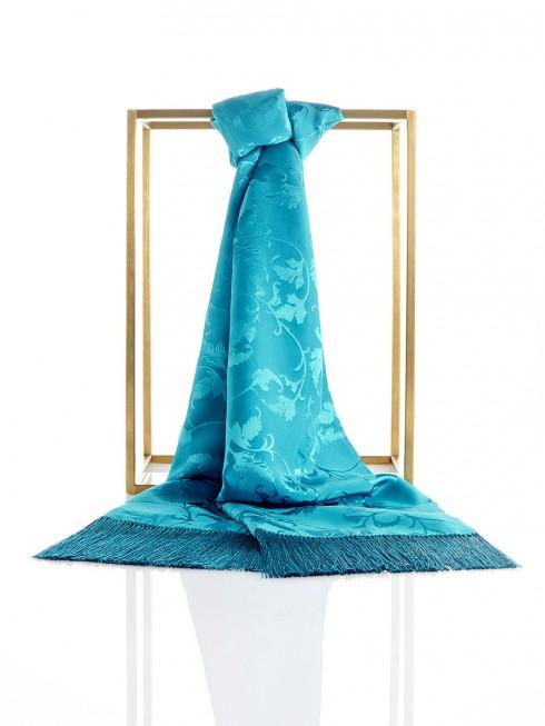 Làm duyên với khăn lụa du xuân