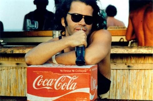 Khoảnh khắc thời trẻ của Karl Lagerfeld tạo dáng cùng với thùng Coca