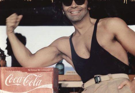 Karl Lagerfeld tạo dáng cùng với thùng Coca
