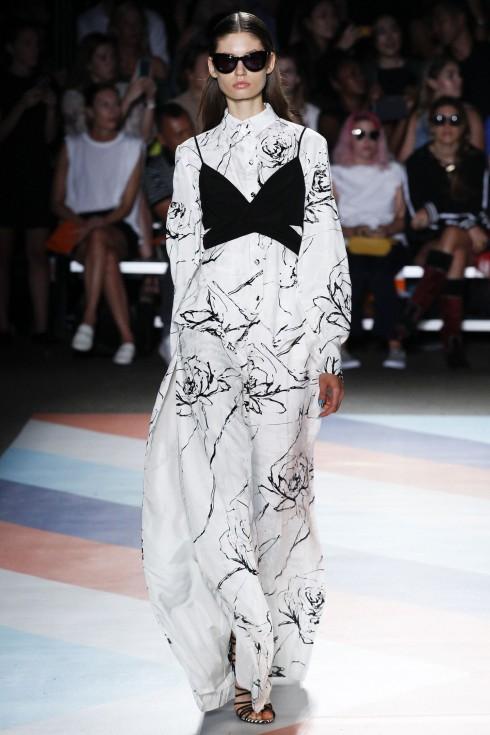 Chiếc áo bralet được mặc ra ngoài váy của Christian Siriano