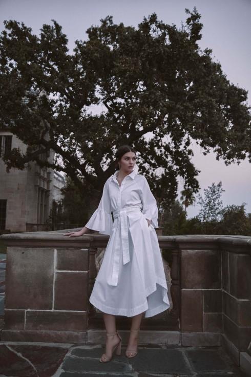 Kendall + Kylie cũng không lỡ nhịp với xu hướng váy áo trắng của mùa Xuân-Hè 2017