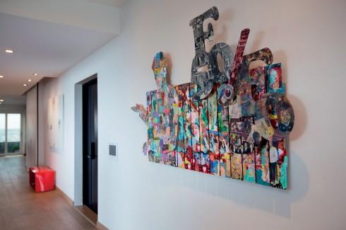 Mảng ngăn cách không gian phòng khách được nhấn bằng tác phẩm của họa sĩ Lê Quốc Thành (2011)