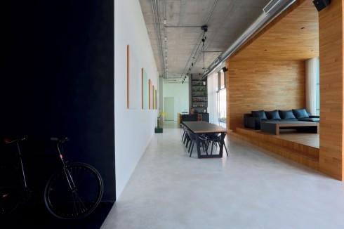 Phòng khách - ooden Box. Đây là điểm nhấn của toàn bộ không gian mở của ngôi nhà. Vật liệu chính là gỗ lót sàn cho toàn bộ tường trần và sàn để tạo nên sự đơn giản, không cầu kỳ nhưng ấm cúng và sang trọng. Sàn được giật cấp lên 2 bậc, nhằm mở rộng tầm nhìn ra dòng sông.